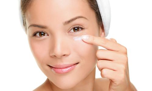 Яка користь вітаміну Е для шкіри навколо очей?